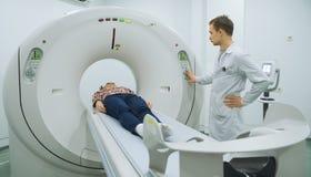 Exminating Frau männlichen Doktors auf mri Maschine Lizenzfreie Stockbilder
