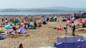 Exmouth 一个普遍的海滨胜地在德文郡 英格兰西南 人群聚集到海滩5月银行假日星期天2018年 库存图片