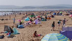 Exmouth En populär badort i Devon Södra västra England Folkmassor flockas till stranden på Maj bankfridag söndag 2018 Arkivbild