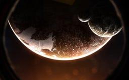 Exoplanet con dos lunas en la porta del vehículo espacial Espacio profundo a la luz de la estrella roja Los elementos de la image imágenes de archivo libres de regalías