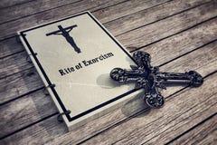 Exorzismusbuch auf Bretterboden Lizenzfreies Stockfoto
