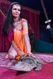 ExoticDancer που γονατίζει στη σκηνή δίπλα στον αλλιγάτορα στοκ εικόνες με δικαίωμα ελεύθερης χρήσης