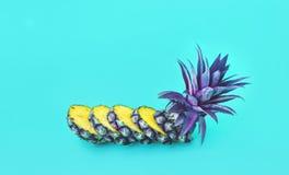 Exotique de la tranche d'ananas sur le fond de couleur en pastel photos libres de droits