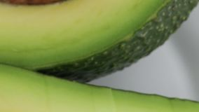 Exotisch avocadofruit in seizoen stock footage
