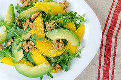 Exotisch fruitsaladevoedsel met mango, avocado, rucol Royalty-vrije Stock Fotografie