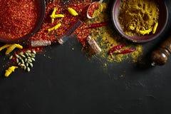 Exotisch Gewürz-Mischung - Gewürz, Kräuter, pulverisieren Draufsicht über dunklem Hintergrund Kochen und würziges Lebensmittelkon lizenzfreies stockbild