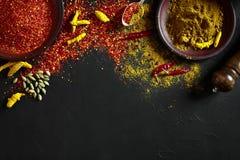 Exotisch Gewürz-Mischung - Gewürz, Kräuter, pulverisieren Draufsicht über dunklem Hintergrund Kochen und würziges Lebensmittelkon stockbilder