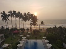Exotisch hotel met zwembad en palmen op het strand van oceaan, Sri Lanka, strand stock foto
