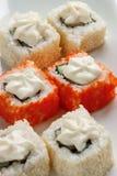 Exotisch japanische Meeresfrüchte, Rolle liegen auf einer weißen Platte Abschluss oben stockbild