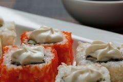 Exotisch japanische Meeresfrüchte, Rolle liegen auf einer weißen Platte Abschluss oben lizenzfreies stockbild