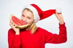 Exotisch Kerstmisconcept Het Kerstmismeisje eet watermeloen Exotische de wintervakantie Vier de nieuwe jaarzomer Meisjesslijtage stock foto's