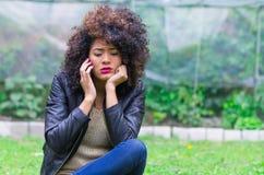 Exotisch mooi jong meisje die celtelefoon met behulp van Royalty-vrije Stock Foto's