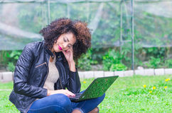 Exotisch mooi jong meisje die laptop in met behulp van Royalty-vrije Stock Foto's