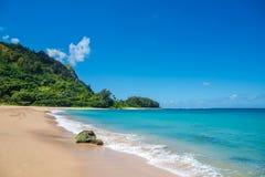 Exotisch strand in Haena, het Eiland van Kauai, Hawaï Royalty-vrije Stock Afbeeldingen