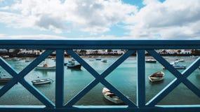 Exotisch strand naast een haven op één van de Canarische Eilanden royalty-vrije stock afbeelding