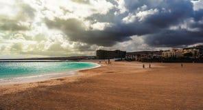Exotisch strand naast een haven op één van de Canarische Eilanden royalty-vrije stock foto