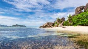 Exotisch strand van Seychellen, het eiland van La Digue, stock foto