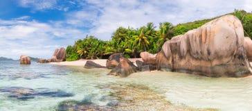 Exotisch strand van Seychellen, het eiland van La Digue, stock foto's