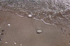 Exotisch zandig strand, tropische blauwe Middellandse Zee met golven en overzees schuim Mooi natuurlijk milieu, panorama, landsch royalty-vrije stock foto