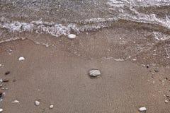 Exotisch zandig strand, tropische blauwe Middellandse Zee met golven en overzees schuim Mooi natuurlijk milieu, panorama, landsch royalty-vrije stock fotografie
