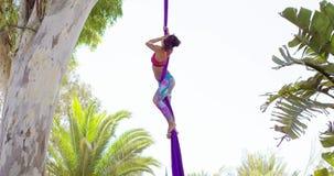Exotische acrobatische danser die op zijdelint uitwerken stock footage