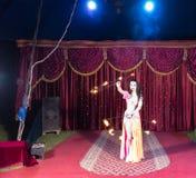 Exotische Branddanser Twirling Flaming Batons stock foto