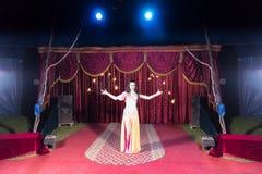 Exotische Branddanser Twirling Flaming Batons stock afbeeldingen