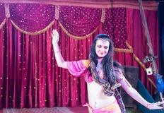 Exotische Buikdanser met Grote Slang op Stadium Royalty-vrije Stock Afbeeldingen