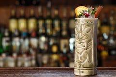 Exotische cocktail op de bar in tikiglas Royalty-vrije Stock Afbeelding