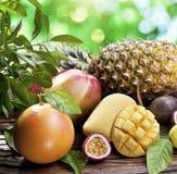 Exotische Früchte auf einem Holztisch. Stockfoto