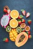 Exotische Früchte auf einem schwarzen Hintergrund Lizenzfreie Stockbilder