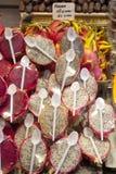 Exotische Früchte, die im Markt verkaufen Stockfotos