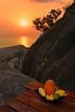 Exotische Früchte am Sonnenuntergang lizenzfreie stockfotografie