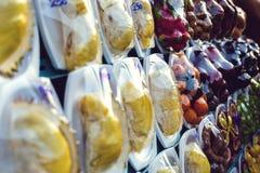 Exotische Früchte am Straßenmarkt in Khao Lak, Thailand lizenzfreie stockfotografie