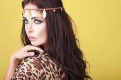 Exotische Frau, die ein Stirnband trägt Stockfotografie