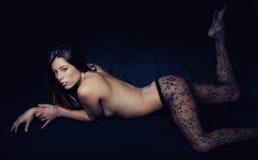 Exotische Frau mit Spitze-Strumpfhosen Lizenzfreie Stockfotografie