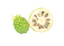 Exotische Frucht - Noni auf Weiß Stockbild