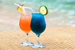 Exotische Fruchtcocktails am sandigen Strand Lizenzfreies Stockbild