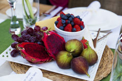Exotische fruitschotel op lijst royalty-vrije stock foto