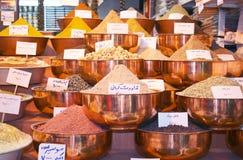 Exotische Gewürze auf traditionellem Basar Stockfotografie