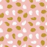 Exotische gouden en witte bladeren op de roze achtergrond Naadloos hand getrokken tropisch patroon royalty-vrije illustratie