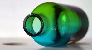 Exotische groene kalk en kobalt blauwe fles stock afbeeldingen