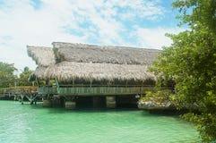 Exotische Hütte über dem Meer Stockbilder