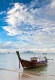 Exotische Insel und langes tailboat Lizenzfreie Stockfotos
