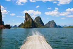 Exotische kalksteeneilanden in de baai van Phang Nga Royalty-vrije Stock Foto's