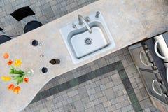 Exotische konkrete Gegenspitze in einer Küche im Freien Stockfotos