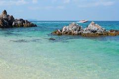 Exotische kust van de baai van Siam op Thais eiland Royalty-vrije Stock Afbeeldingen