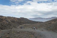 Exotische rotsachtige weg aan de krater van de vulkaan De vulkaan wordt gevestigd in de beroemde Caldera van Santorini Stock Foto's