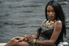 Exotische schauende Afroamerikanerfrau, die vor Kamera aufwirft Lizenzfreie Stockbilder