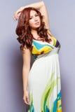 Exotische Schönheit im langen ärmellosen Kleid Lizenzfreies Stockbild